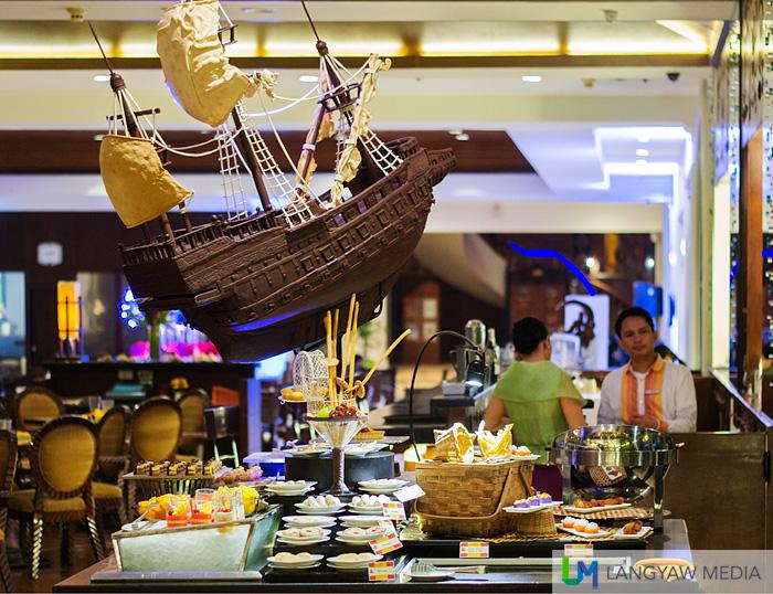 The galleon decorates the dessert station