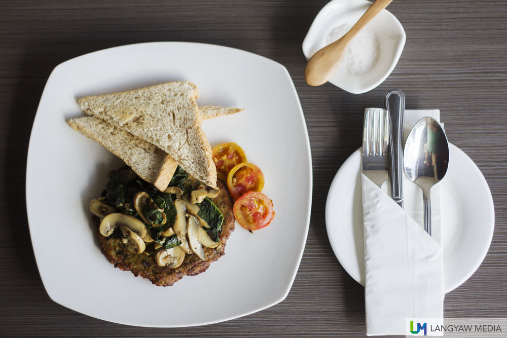 Sweetcorn and zucchini fritters with grilled tomato, spinash, mushrooms and whole wheat bread
