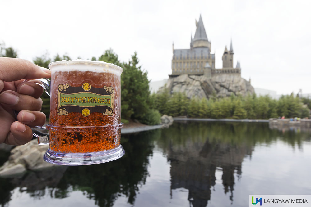 Yup, the popular brew, butterbeer, is available hot at this time of the year!