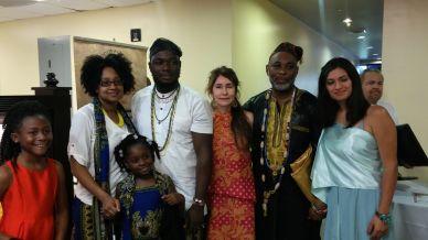 Alba Lucia Velez, presidente de la Fundacion Latinoamericanos Unidos en compania del príncipe de Nigeria y su familia.