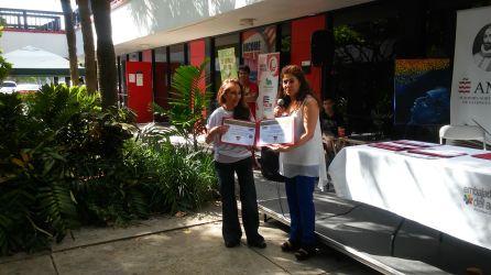 La diseñadora Maritza Guevara recibe reconocimiento de parte de Pilar Vélez
