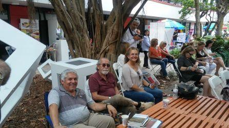 """El escritor Jorge Ancizar Mejia, su esposa Dejanira y un coelga escritor presentes en """"bajo la sombrilla"""""""