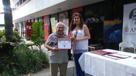 El escritor Jorge Ancizar Mejia recibe reconocimiento de parte de Pilar Velez