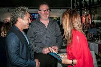 El escritor Noel Morgado-Santos, Marybel Torres y un amigo en amena conversación.