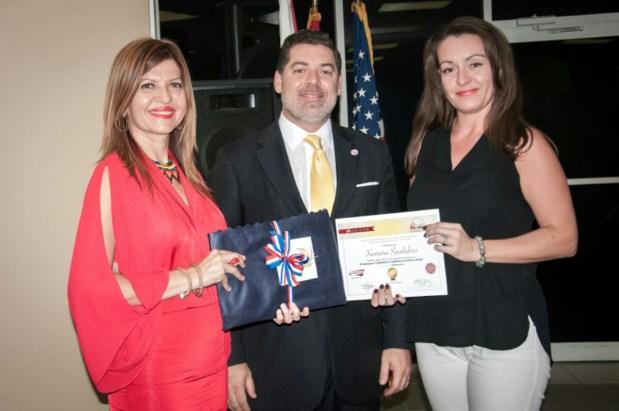 La escritora Xiomara Spadafora recibe reconocimiento de Marybel Torres y Carlos Montes de Oca como finalista del concurso.