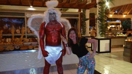 En la entrada al buffet encontrarás a este ángel