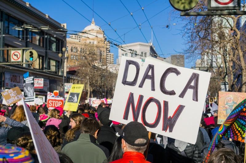 En limbo: Jóvenes indocumentados aún no pueden solicitar DACA
