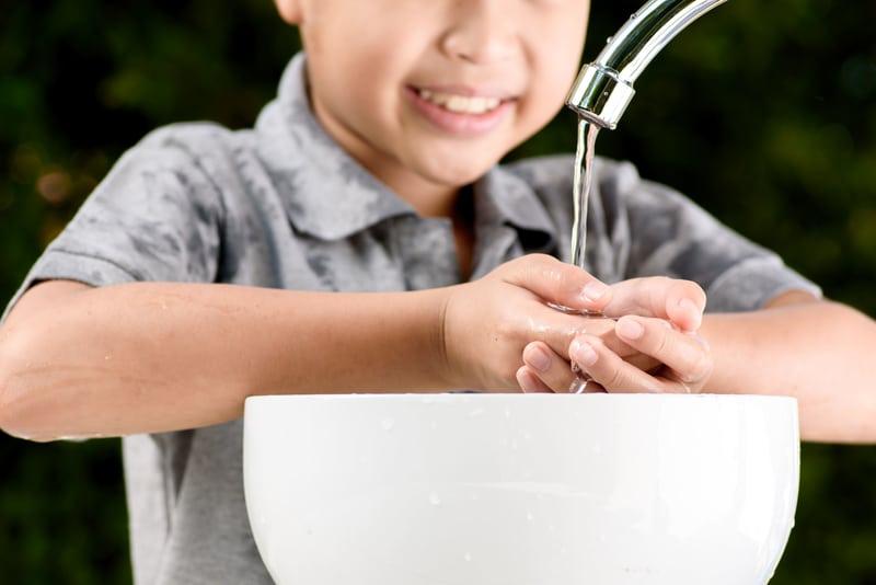 un niño lavando sus manos