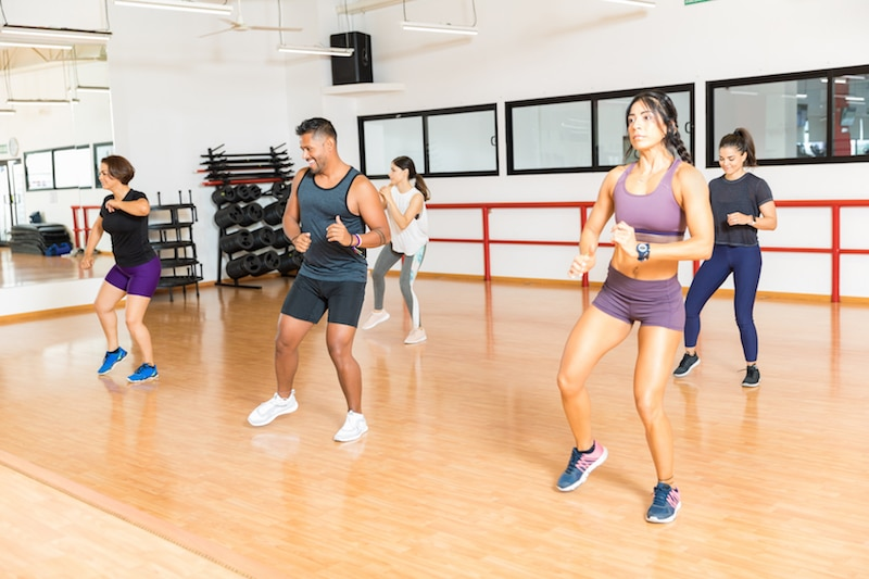Un grupo haciendo ejercicio.