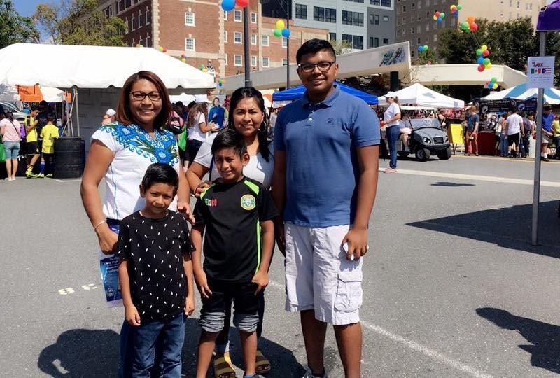 Foto de una familia disfrutando de un evento.