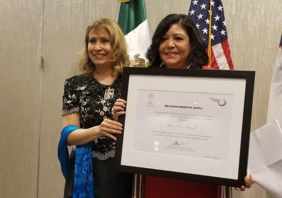 Cónsul General de México entregando premio.