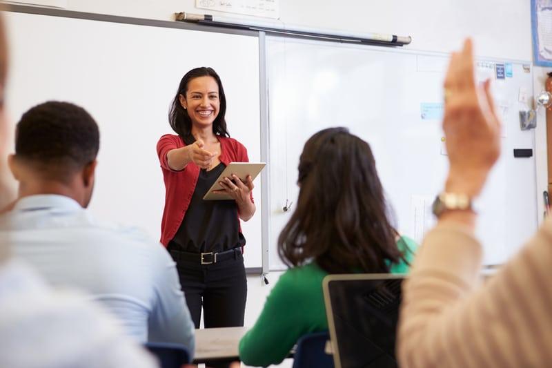 Una mujer dictando un seminario