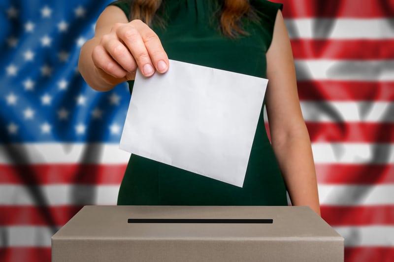 Una mujer emitiendo su voto