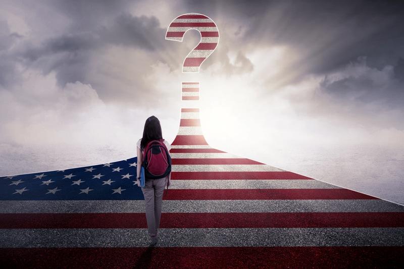 Una mujer subiendo unas escaleras pintadas como la bandera estadounidense
