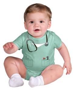 Un bebé disfrazado de doctor