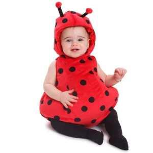 Una bebé vestida de mariquita