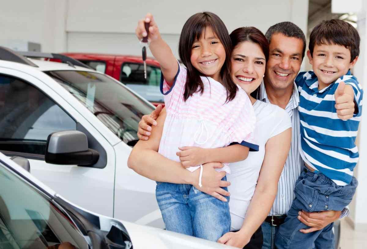 Familia comprando un carro