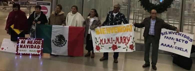 Familias esperando ser reunidas en el aeropuerto