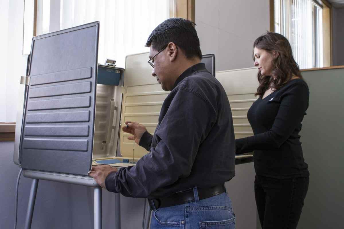 Uno de cada tres votantes latinos que podrían inscribirse para votar no lo han hecho