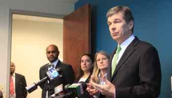 Gobernador públicamente rechaza proyecto de ley antiinmigrante de Carolina del Norte