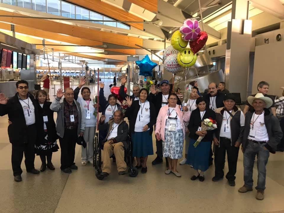 Reúnen a 44 abuelitos mexicanos con sus familias en Carolina del Norte