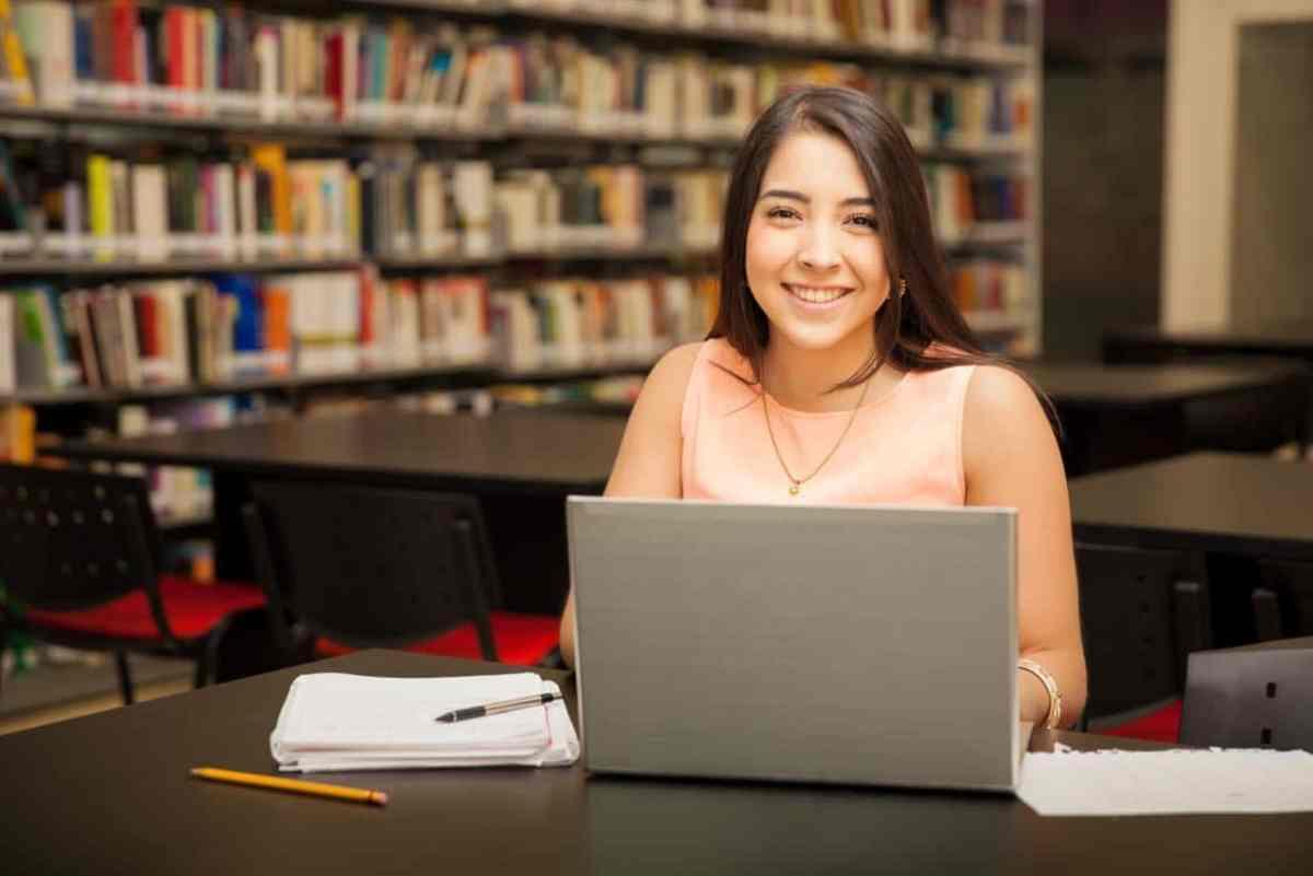 Bibliotecas ofrecen programas de manejo de computadoras para jóvenes y adultos