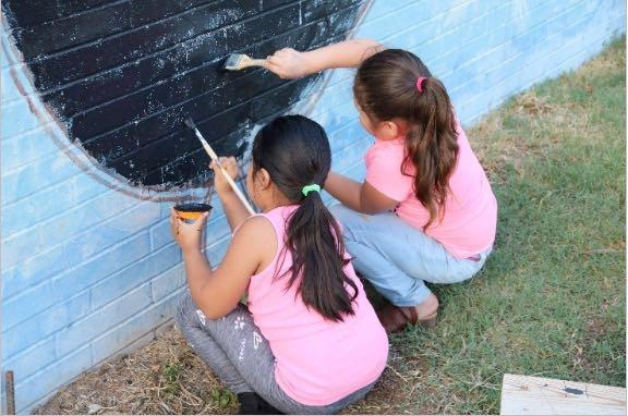 Comunidad participa en pintura de mural en Durham