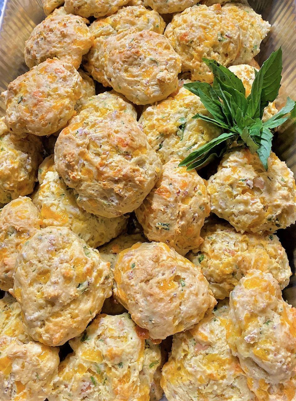 Biscuit de hierbas, jamón y queso cheddar
