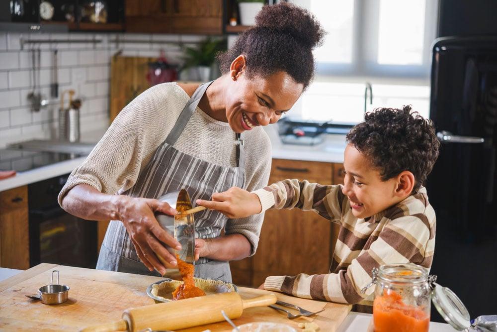 8 beneficios de involucrar a sus hijos en la cocina