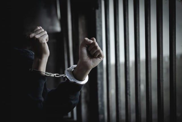 Mujer es condenada a prisión por fingir ser agente del FBI