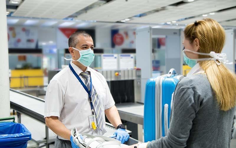 Inspectores en los aeropuertos llevarán mascarillas