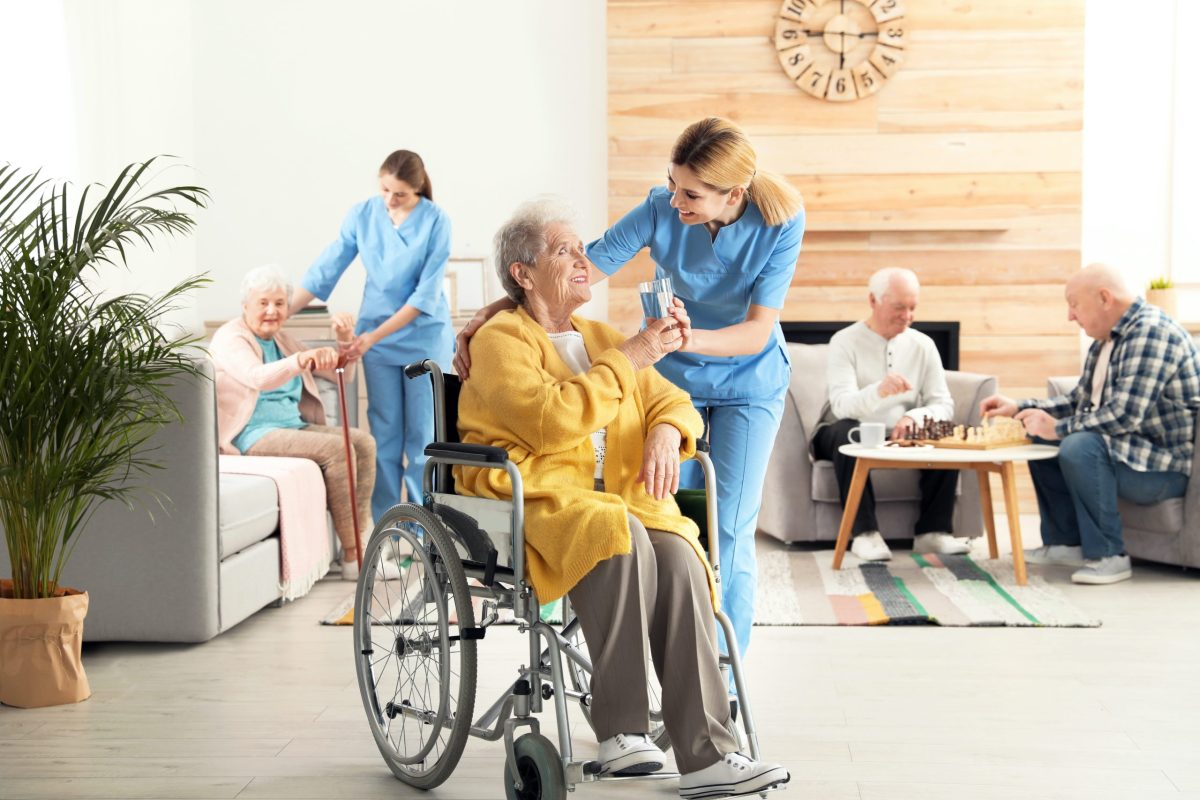 Anuncian medidas para prevenir y responder al COVID-19 en centros de atención para ancianos