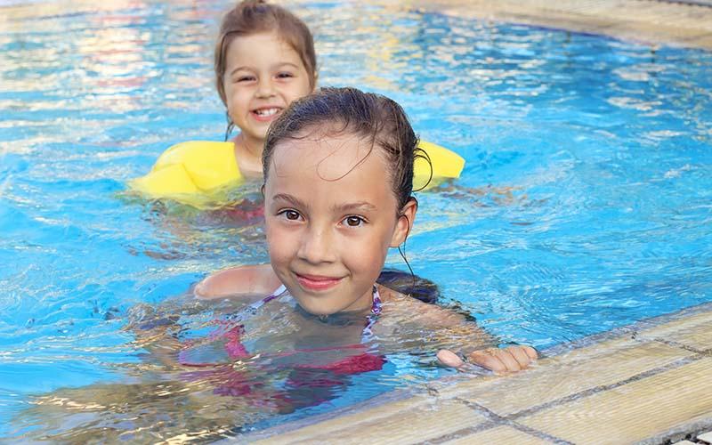 Que estan haciendo las piscinas públicas para mantener a las personas seguras