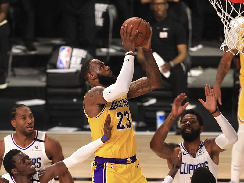 LeBron dirigió a Lakers en el triunfo del primer partido de la nueva NBA