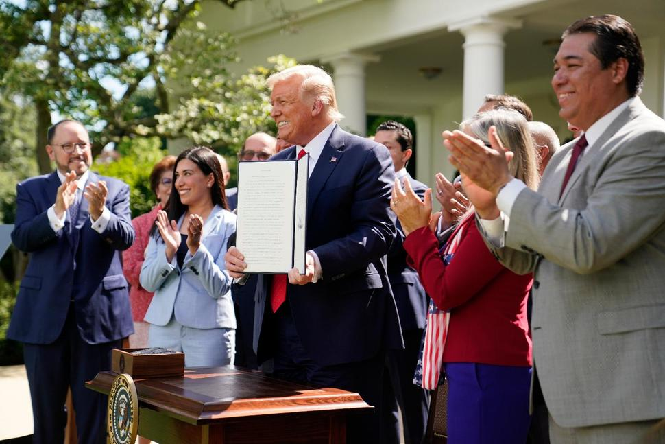 Trump crea comisión de asuntos latinos a 4 meses de las elecciones