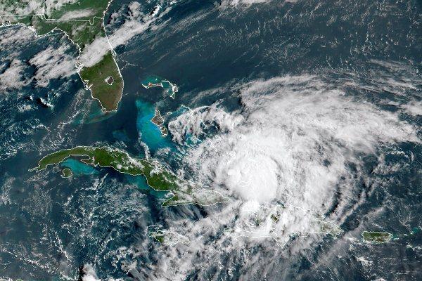 Huracán Isaías llega a las Bahamas. Florida espera