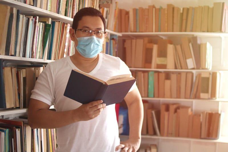 ¿Los libros de la biblioteca contagian el coronavirus?