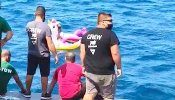 Niña en flotador de unicornio es rescatada
