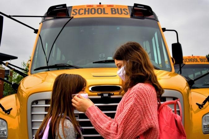 CMS aprueba el plan para traer a los estudiantes de regreso a clases en persona