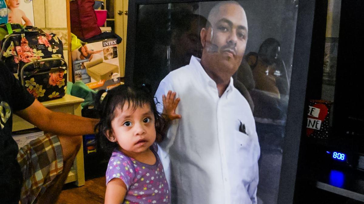 Yulieth Arriaga junto al retrato de su tío Juan