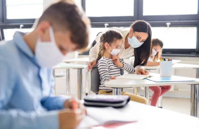 la-mitad-de-los-empleados-escolares-estan-en-riesgo-de-infeccion-por-covid-19