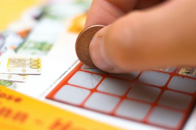Estudiante de Durham gana 100,000 dólares con su primer boleto de lotería