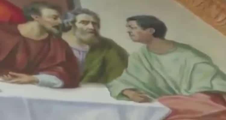 Sacerdote pinta su rostro en La Última Cena