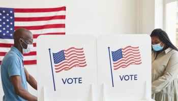 Un tercio de los votantes latinos registrados no confía en el voto por correo