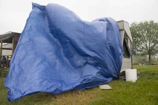 Una lona azul colocada sobre una casa destruida parcialmente por el huracán Laura hace unas semanas es agitada por los vientos del huracán Delta el viernes 9 de octubre de 2020, en el sur de Luisiana. (Chris Granger/The Advocate vía AP)
