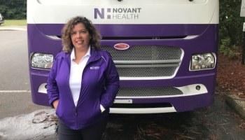 Susana Diaz, apoya a pacientes latinas durante su mamografía