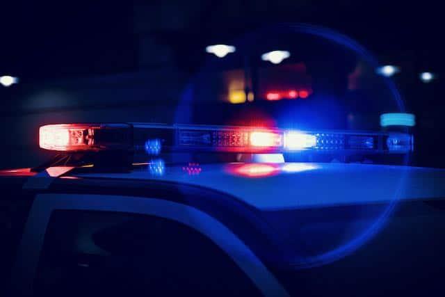 La policía de Raleigh dice que la protesta en el centro es 'ilegal' mientras los manifestantes lanzan fuegos artificiales