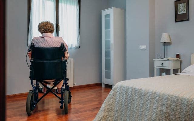 Mujer culpa a las restricciones de COVID-19 por la muerte de su madre