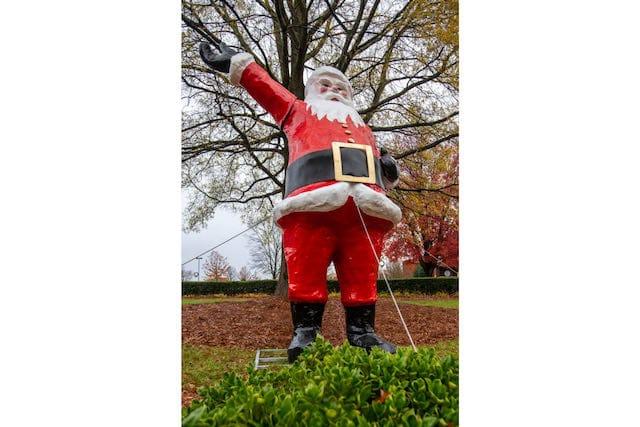 Ha vuelto: Santa Claus gigante saluda en el Friendly Center de Greensboro