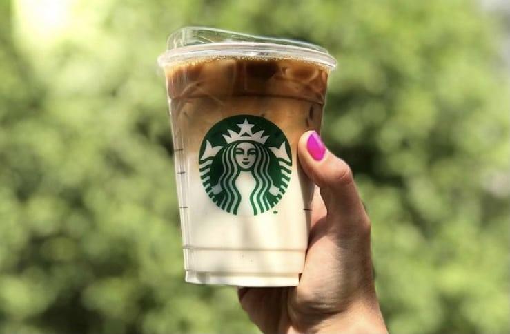 ¿Cómo pedir bebidas bajas en calorías en Starbucks?